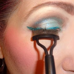 using the SEPHORA Collection Long Lashing Contoured Eyelash Comb