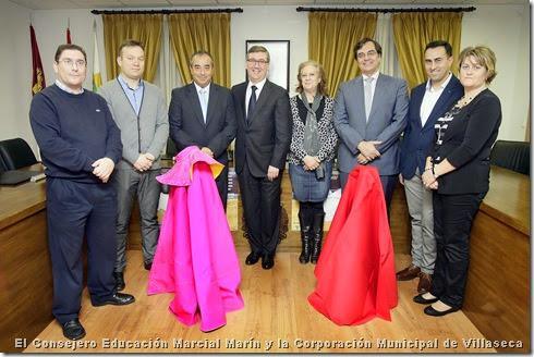El Consejero Educación Marcial Marín y la Corporación Municipal de Villaseca