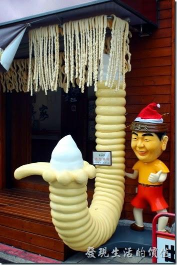 來自韓國的勾勾冰淇淋,還有旋轉版,這冰淇淋的特色就是可以兩頭吃,特別適合情侶一個人吃一邊。