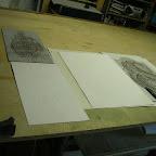 Bernard explique comment il procède avec deux lino (matrice) et le tirage papier en gaufrage, cutter et gouge.