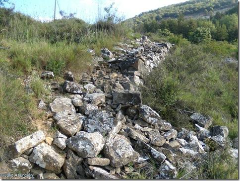 Restos de posible muralla protohistórica - ruta San Cristóbal - Ezkaba