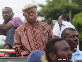 Casquette à la tête, Etienne Tshisekedi candidat de l'UDPS à la présidentielle de 2011 en RDC, au dessus d'une jeep décapotable entouré de ses partisans  le 26/11/2011 devant l'aéroport international de N'djili à Kinshasa. Radio okapi/ Ph. John Bompengo