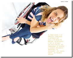 Jovem sentada em cadeira de rodas mostrando a lingua