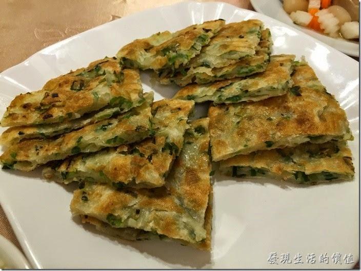 台北南港-北大莊川味館(蔥油餅)。蔥油餅,NT$30x3。一個切成三小片,蔥花看起來還蠻多的,不過感覺吃不太到蔥花香,餅皮倒是還可以,就是有點冷掉了。