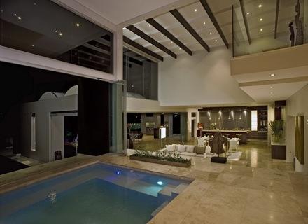 piscina-cubierta-Casa-de-lujo-Joc-Blue-Hills-