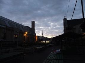 anochece en el mercado central de Riga