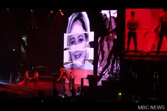 Não adianta sorrir Madonna vai ai!!