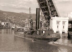 Gánguil GOBELA, pasando debajo del puente levadizo de Deusto. Foto cedida por Juan M. Rekalde.bmp