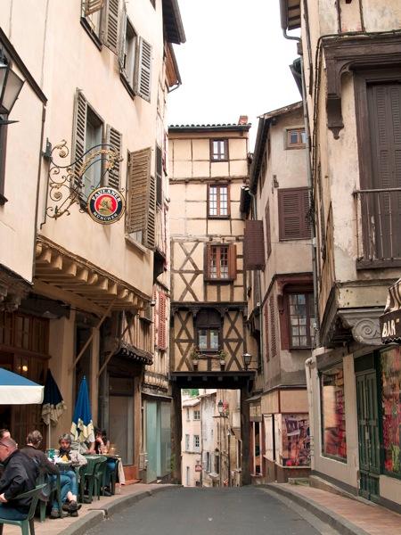 2011 07 26 Voyage France Une des rues de Thiers La maison des 7 pêchées est à gauche