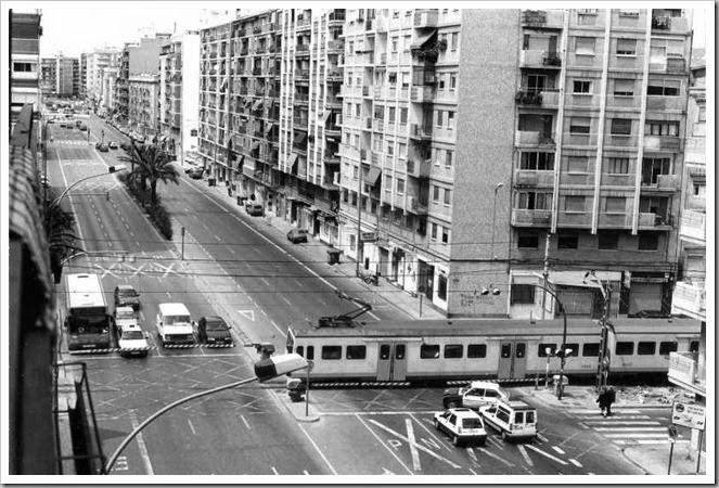 1995 Paso a nivel en la avenida Primado Reig.Esteban Gonzalo