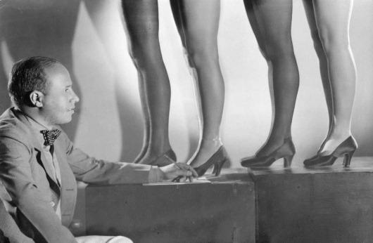 3211-22 Manager van dansgroep selecteert benen 1932