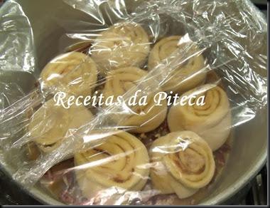 Rolos de canela e caramelo de nozes pecãs-forma coberta