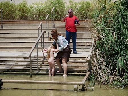 Botezand o fata in Iordan