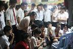 离开前看到比一班同学围在一起看影片,很多人都忍不住流下眼泪。。