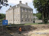 """Een medewerkster van archeologisch onderzoeks- en adviesbureau """"De Steekproef"""" bezig met het uitgraven van een stukje ringgracht."""