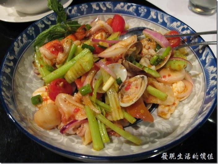 台北-香米泰國料理。檸檬拌海鮮。這是一道開胃菜,整個菜色終算是稍微有點辣度的菜,內容有魷魚、蝦子、蛤蠣、干貝、北極貝、小黃瓜、芹菜、小番茄、洋蔥...等。算是一道不錯的菜色。