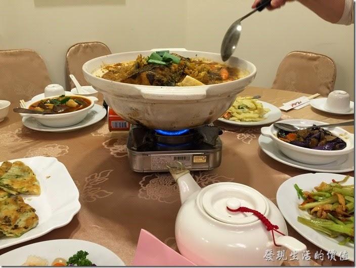 這間「北大莊」應該是賣大顆水餃「北大荒」的姊妹店,因為老闆同一人,個人覺得「北大荒」以水餃、滷味、麵食為主,比較像小吃攤,而「北大莊」走得則是川味館的餐廳路線,以「北大莊」的菜單來看,大多屬於大桌菜及熱炒,都是點菜類,似乎沒有提供一人份的商業午餐,所以比較適合三五好友來聚餐打打牙祭之類。