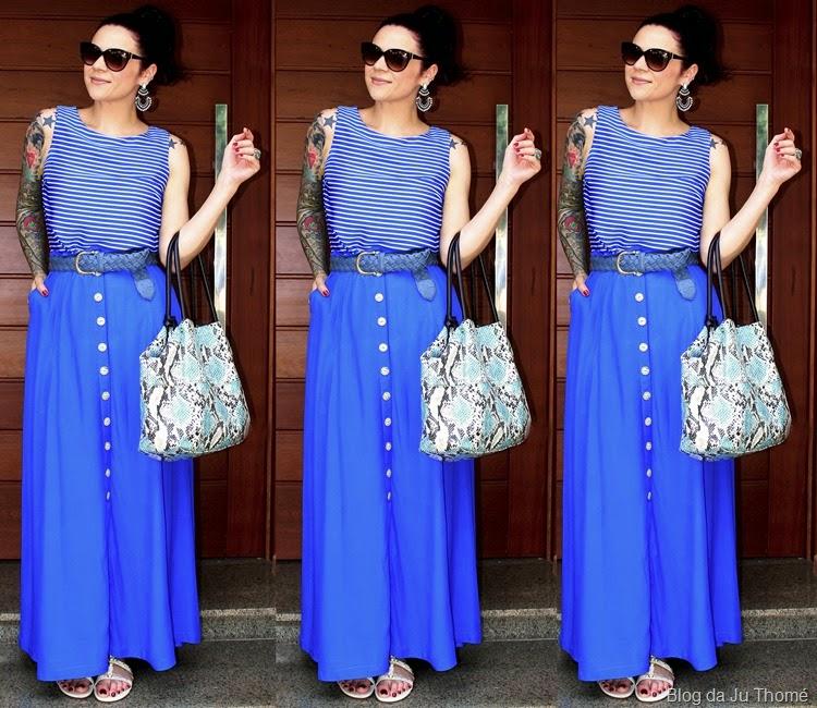 look saia longa azul, blusa listrada e bolsa estampada