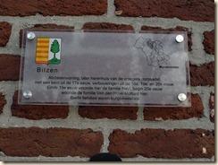"""Munsterbilzen, Perronstraat: een gevelplaat aan het huis nr. 20. Volgens Pierre Diriken, """"Religieus erfgoed in Haspengouw"""", was hier de woning van een kanunnik of ambtenaar van het stift"""