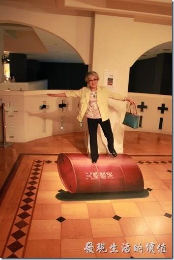 豪斯登堡-超級錯覺藝術。這個老阿嬤好厲害!居然可以站在汽油桶上平衡。