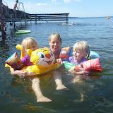 Ejby strand, ahhhh dejligt badevand... Silje, Maria og Sofie hygger sig.