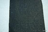 Tkanina obiciowa w pasy z efektem metalicznym. Czarno-biała.