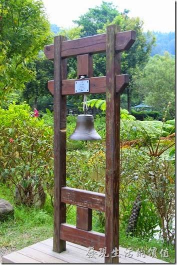 祈福鐘。紙教堂的前面有座祈福鐘,藉著鐘聲可以撫慰人們的心靈。