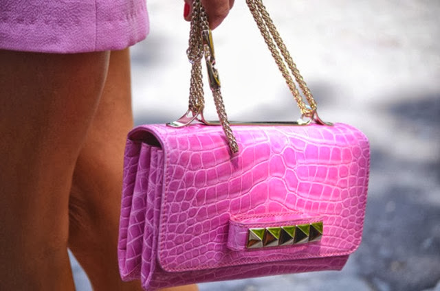 la-modella-mafia-anna-dello-russo-with-a-crocodile-pink-studded-valentino-clutch-via-nobodyknowsmarc-com-gianluca-senese-paris-fashion-week-street-style1