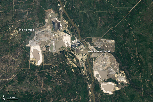 A Landsat satellite took this natural-color image of the Athabasca Oil Sands in Alberta, Canada on 15 May 2011. Photo: Robert Simmon / NASA Earth Observatory