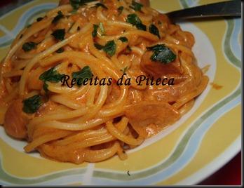 Esparguete com molho de tomate e salsichas-perto