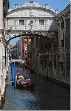 384px-Ponte_dei_sospiri_bridge_of_sighs_venice