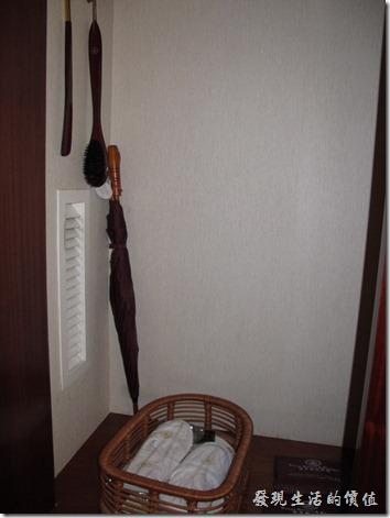 惠州-康帝國際酒店。櫥櫃內有雨傘、鞋拔、刷子、室內鞋。