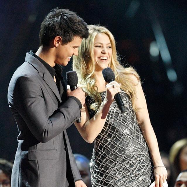 Taylor Lautner ao lado da cantora pop Shakira