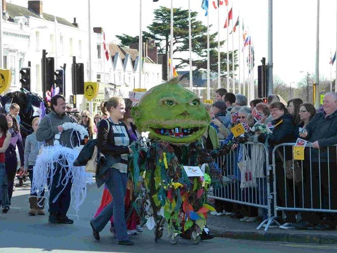 На параде в Стратфорде, посвященном дню рождения Шекспира