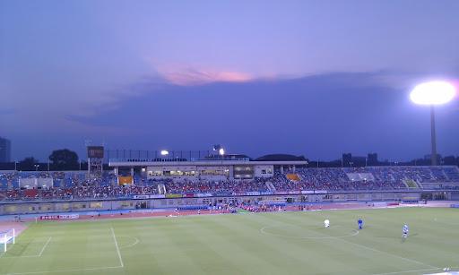 [写真]夕暮れのスタジアム。キックオフ前