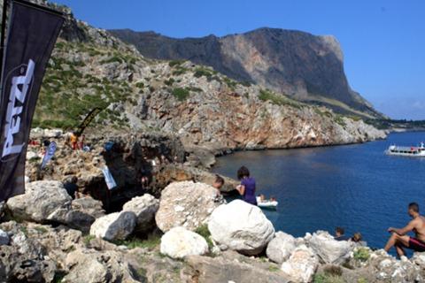 Cala Firriato, San Vito Lo Capo e sullo sfondo la roccia salita a fine giornata da Mauro Calibani