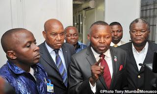 Vital Kamerhe (au centre) entouré des membres de l'opposition, lundi 17 janvier 2011 au quartier général de la Monusco.
