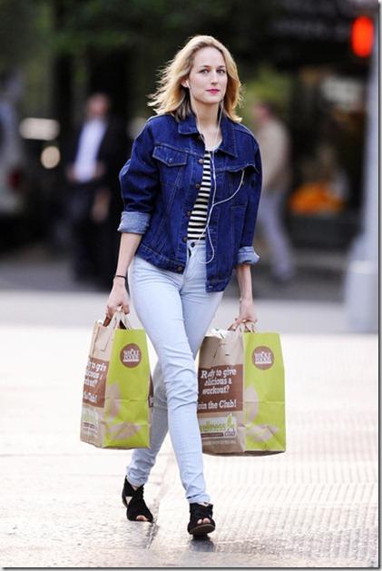 Leelee Sobieski brings armful groceries home wEsY-mNSXsBl