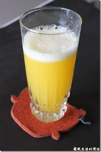 一品夫人慢磨機。辛苦了十幾分鐘,終於可以喝果汁啦!這杯是純鳳梨汁,感覺好甜喔!