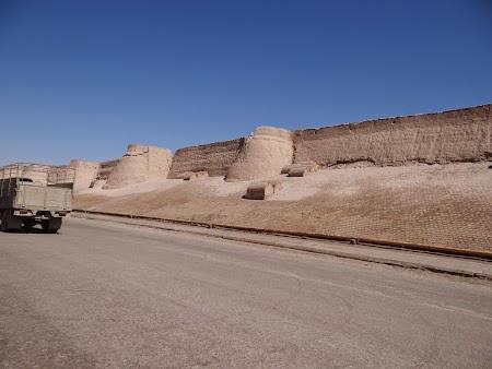 04. Zidurile din Khiva.JPG