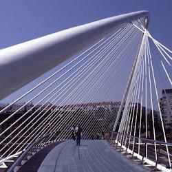 30.- Santiago Calatrava. Pasarela sobre la ría del Nervión. Bilbao