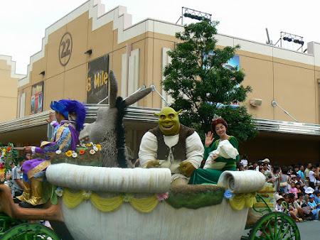Imagini Universal Studios Osaka: familia Shrek la parada