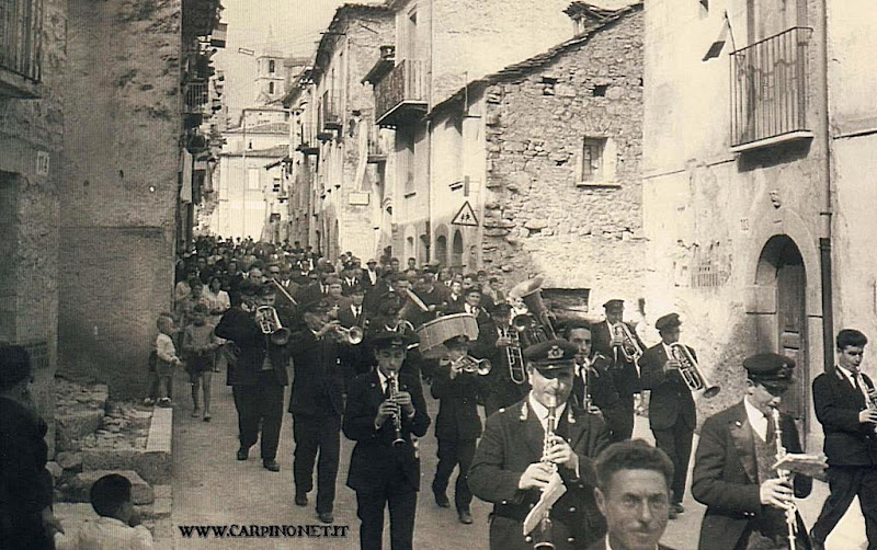 La banda accompagna la processione, anni 60