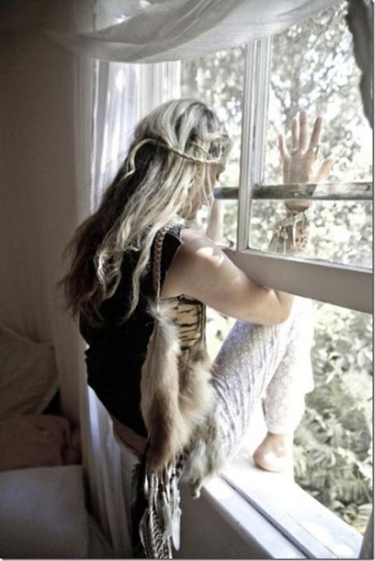 Lindas imagens de garotas olhando para fora da janela (22)