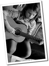 Wilma spelar gitarr okt. 2011 005