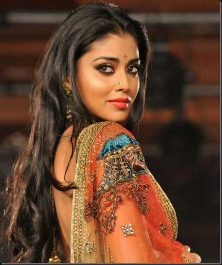 Shriya-Saran-Spotted-at-CCL-Curtain-Raiser-4