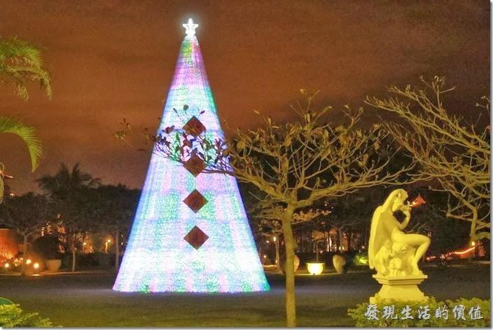 花蓮-理想大地渡假村。在天幕劇場旁的草皮上有個會發光的過期聖誕樹,之所以稱它為「過期」,是因為聖誕節已經過了,另一個原因是聖誕樹全部使用回收的寶特瓶堆砌而成。