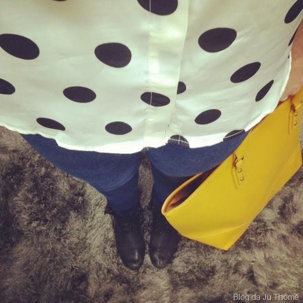 look camisa estampa bolinha, jeans e bolsa amarela (1)
