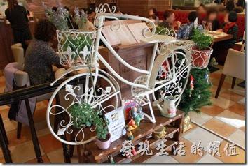 台南-巴娜娜早午茶趣。【巴娜娜的早午茶趣】的入口處有一兩白色裝飾用的腳踏車,我記得上次在【喜茶咖啡】也有發現一部同型的裝飾用腳踏車。這巴娜娜的名片上還以這腳踏車當店招的Logo呢!