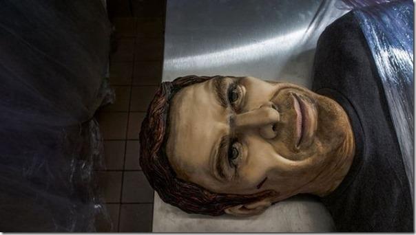 Dexter ganha bolo em tamanho real por última temporada (2)